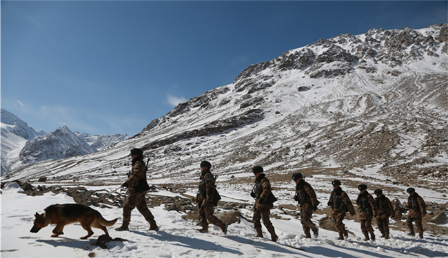 海拔4900米,巡逻兵与冰